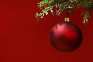 Kerstkaart met rode kerstbal ornamenten. blozende achtergrond