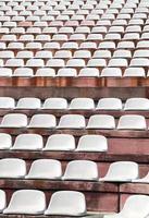 stoelen in een modern stadion voor de sportevenementen foto