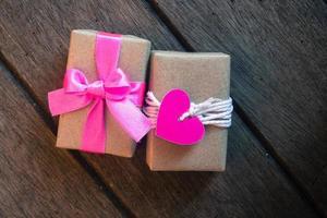 geschenkdoos op houten achtergrond foto