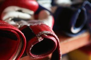 versleten bokshandschoenen foto
