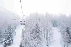 skilift met passagiers in de gondel foto