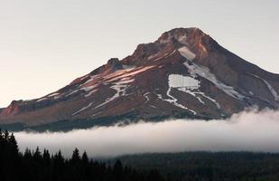 gekartelde rotsachtige berg kap door de mens gemaakt skigebied foto