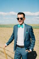 stijlvolle kostuum man in het veld foto