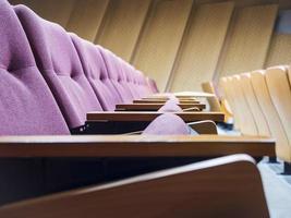 zitplaatsen rij in collegezaal foto