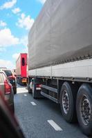 auto's en vrachtwagens op de snelweg in jam foto