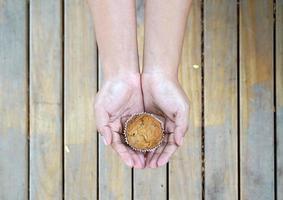 banaan cupcake op menselijke handen foto