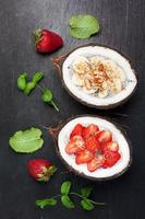chia zaden kokosnootpudding met bessen en fruit. super eten. foto