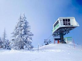 stoeltjeslift kabelbaan en skipistes in de bergen foto