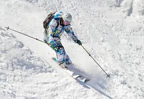 skiër op de hobbelige helling foto