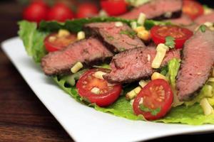steak salade met maïs en tomaten foto
