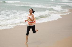 vrouw draait op strand