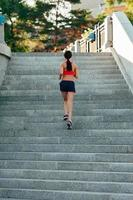 vrouw draait op trappen van de stad foto