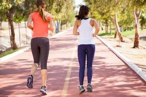 vrienden die samen rennen foto