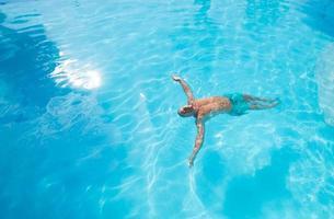 zwemmen in een zwembad foto