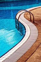 blauw zwembad met trappen foto