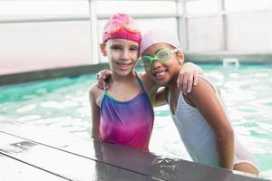 schattige kleine meisjes in het zwembad foto