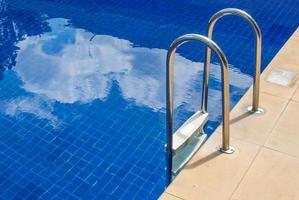blauw zwembad foto