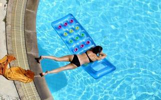 meisje zwemt in het zwembad foto