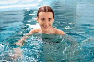 vrouw in het zwembad foto