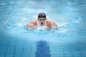 zwemmer in cap ademhaling foto