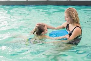 gelukkige moeder en dochter in het zwembad foto