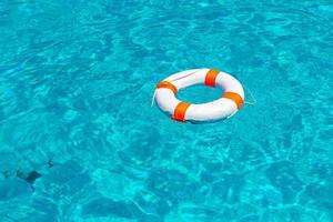 reddingsboei in zwembad foto