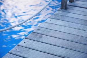 houten brug op weg naar de haven, close-up foto