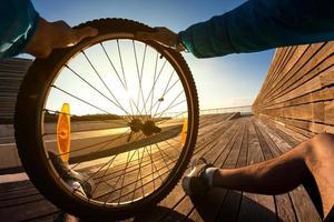 mountainbike wiel in de hand foto