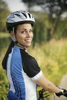 jonge vrouw training op mountainbike en fietsen in park foto