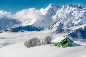 Hermitage geïsoleerd in de sneeuw foto