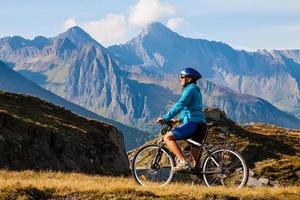 wielrenner vrouw in hoog mountais foto