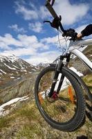 mountainbike ruiter uitzicht op Noorwegen landschap foto