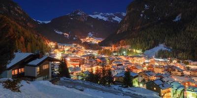 winterlandschap van dorp in de bergen foto
