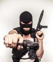 kleur terrorist zwaaiende wapens ski-masker met grote ogen serieus