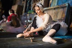 ballerina zittend op de warming-up backstage foto
