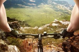 bergaf op een fiets
