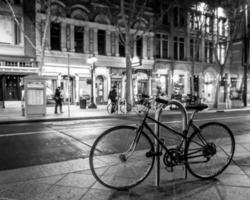 fiets in het centrum foto