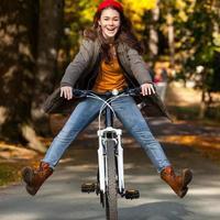 stedelijk fietsen - meisje en fiets in de stad foto