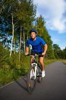 stedelijk fietsen - jonge man en fiets in de stad foto