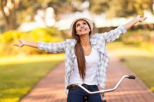 jonge vrouw die van berijdende fiets geniet
