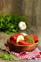 zelfgemaakte gemarineerde tomaten. foto