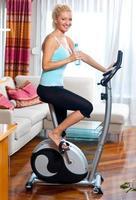 vrouw op stationaire fiets