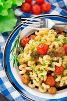 pasta met geroosterde champignons en kerstomaatjes foto