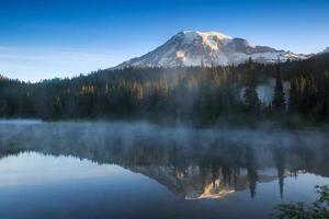 reflectie meer, mount regenachtiger nationaal park
