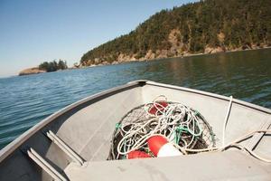 kleine vissersboot in het water foto