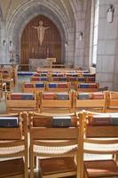 stoelen en bijbels in de kerk.