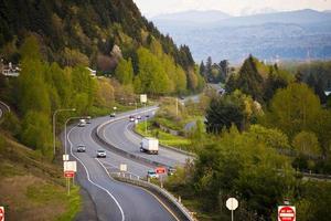 snelweg die in bergachtig bos noordwesten overgaat foto