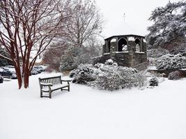 januari sneeuw op het terrein van de kathedraal foto