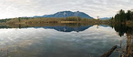 rivier met cascadebergen op achtergrond foto