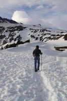 wandelen in de zomersneeuw op mt. ranier nationaal park foto
